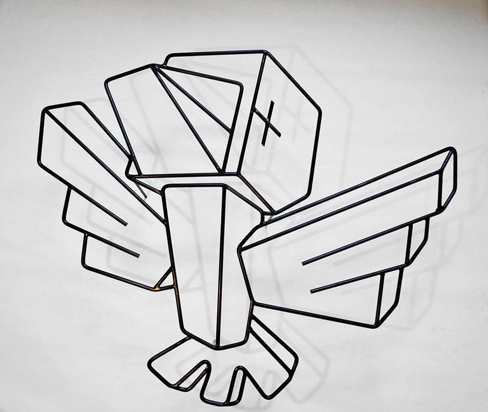 אובייקט קיר ממוטות ברזל בדמות ציפור