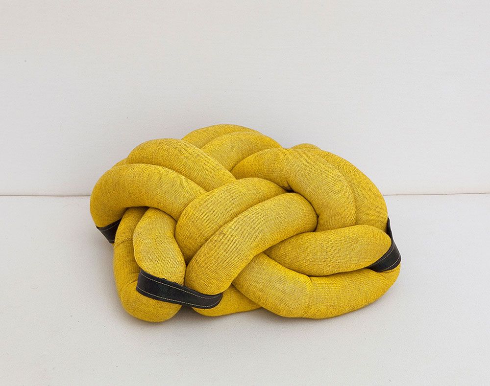 הכרית הקלועה של טסלר מגליגי טקסטיל צהובים