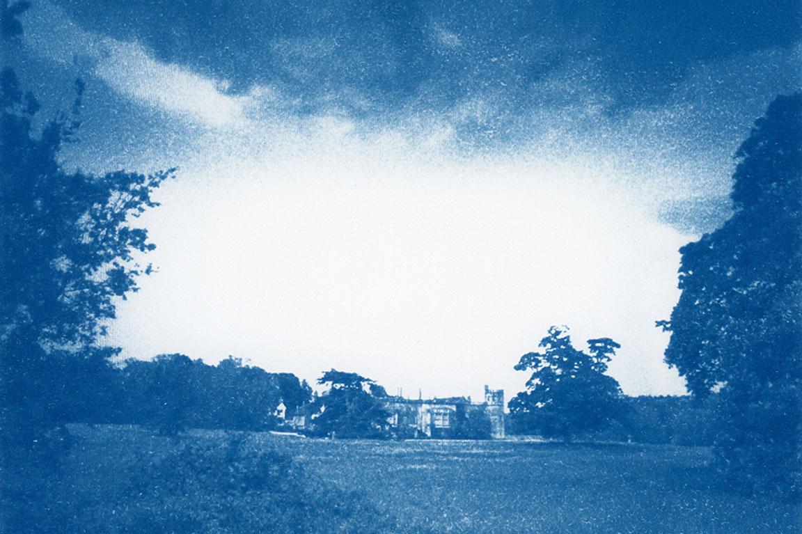"""אורי גרשוני. צילום אחוזה אנגלית בכחול מתוך """"השעה הכחולה"""""""