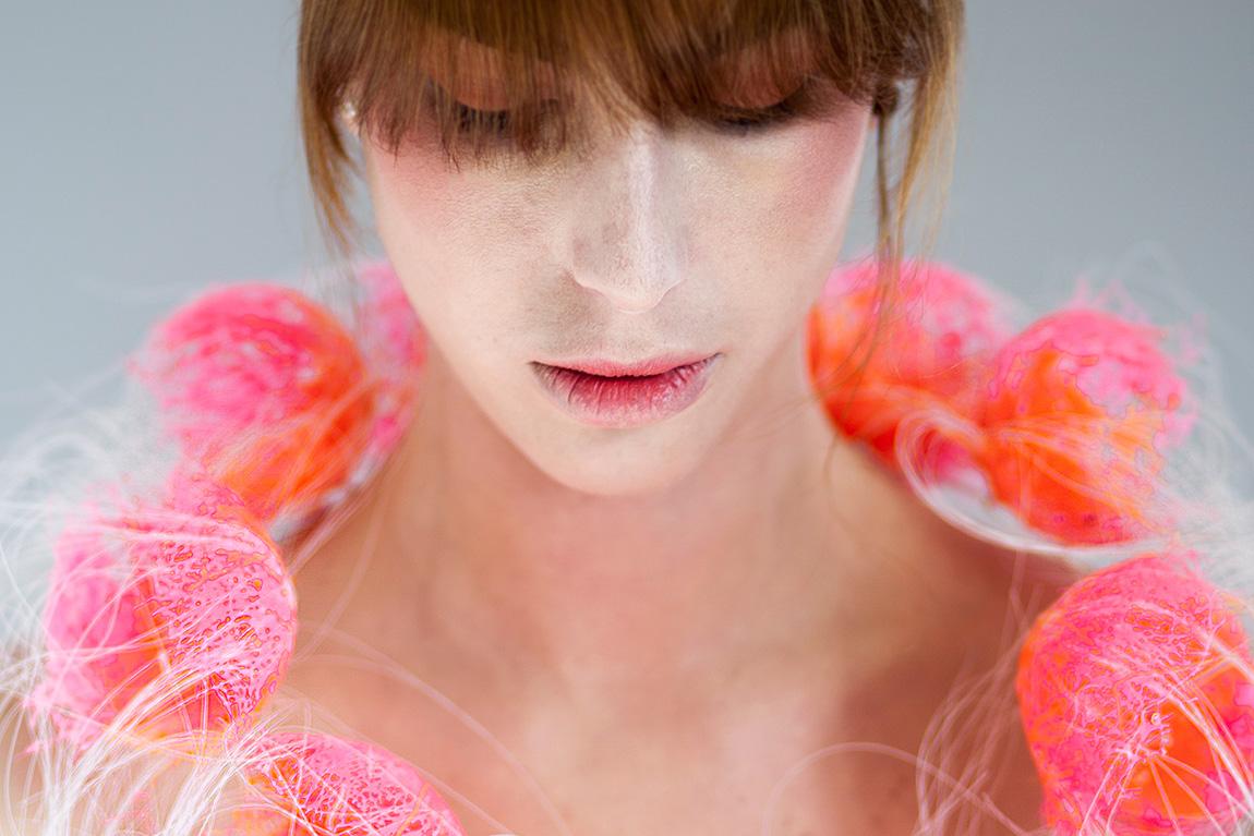פרויקט הגמר של אביגיל יודעים. שרשרת חרוזים עגולים וגדולים עדינה ומחוררת בוורוד-כתום עמוק