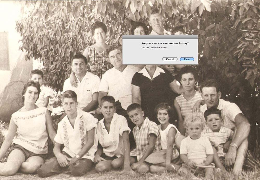 בטוחים שאתם רוצים למחוק את ההיסטוריה? תמונה משפחתית של עירית דוידוב עם חלונית מחשב עם השאלה והמשפט - פעולה זו אינה ניתנת לביטול