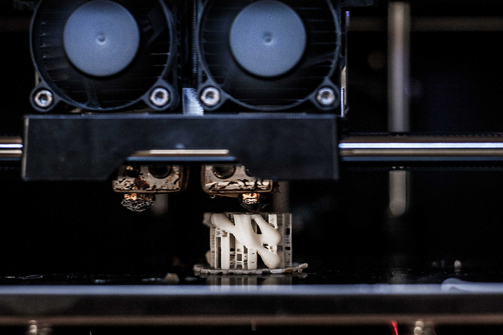 """יונתן לזובסקי מציע אלטרנטיבה ל""""זרוק-וקנה-חדש"""" על-ידי הדפסת החלק השבור וחיבורו מחדש לחפץ"""