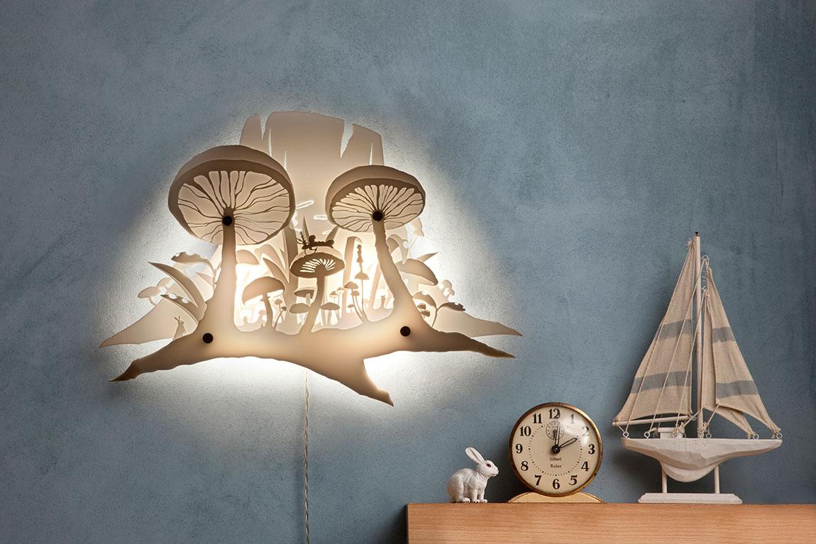 מנורת שכבות של פטריות בהשראת עליזה בארץ הפלאות תלויה על קיר תכלת מעושן עמוק
