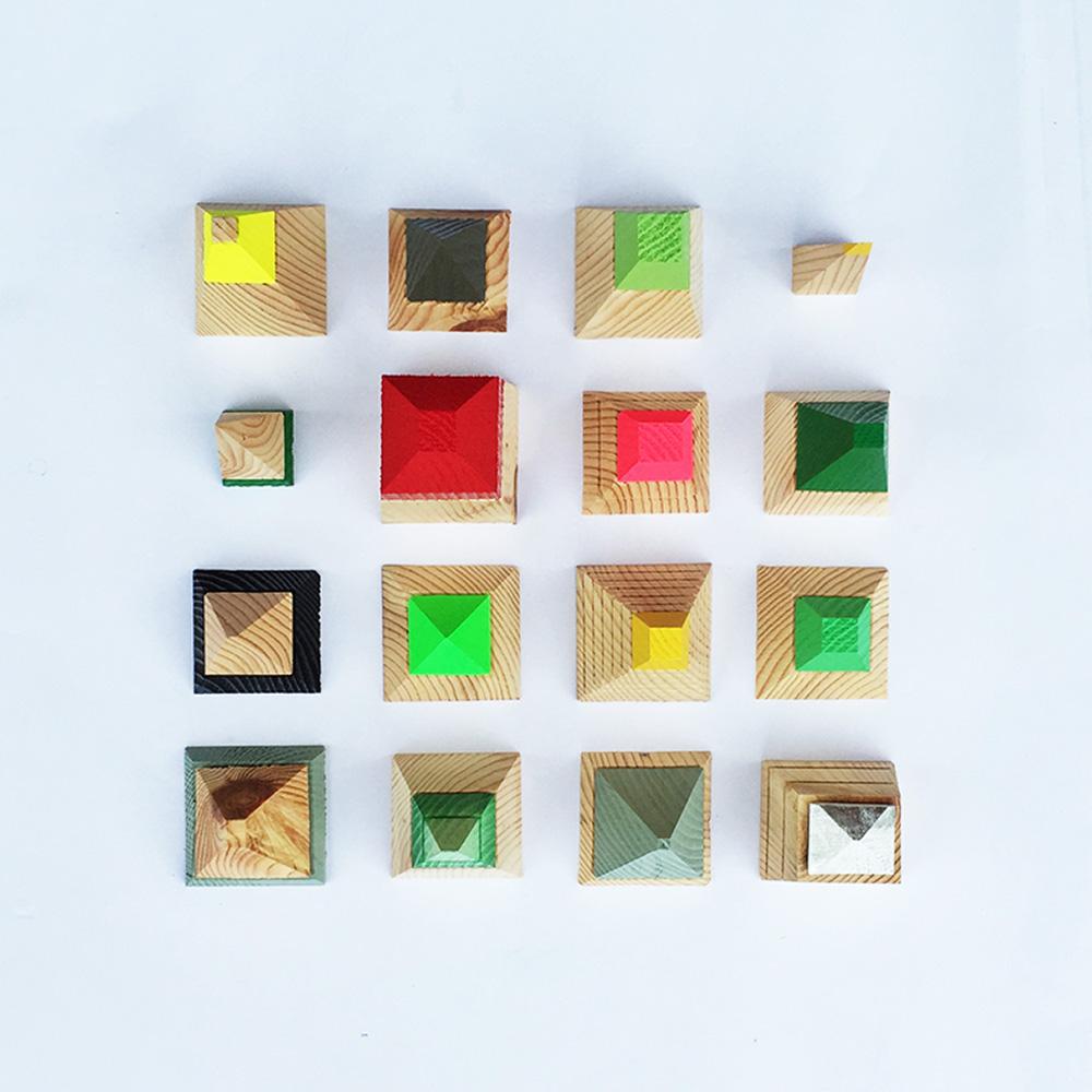 138 מתלי פירמידות יוצרו בעבודת יד וכל אחד מהם מעט שונה מחברו