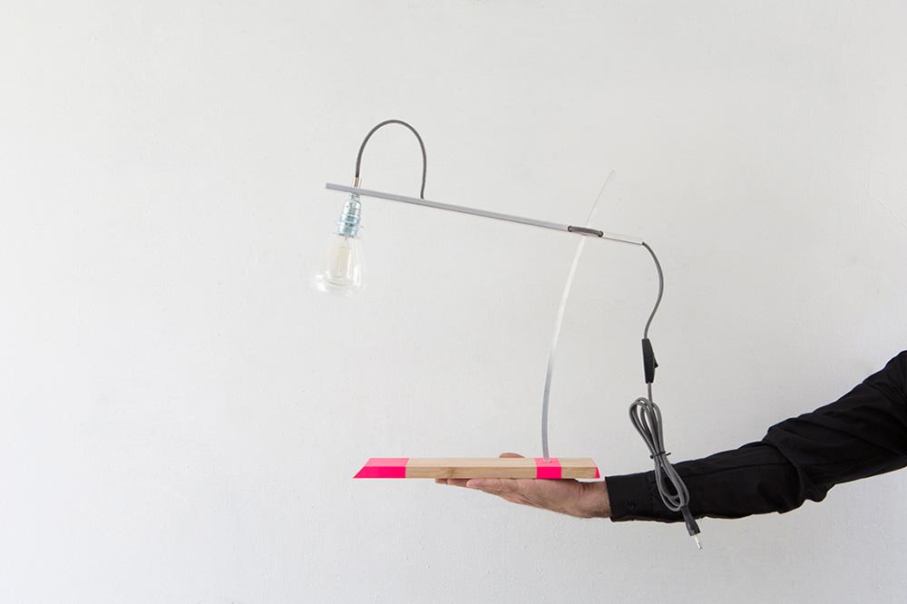 FLAMINGO, מנורת שולחן. מנגנון נעילה גיאומטרי מאפשר את כיוונון התאורה