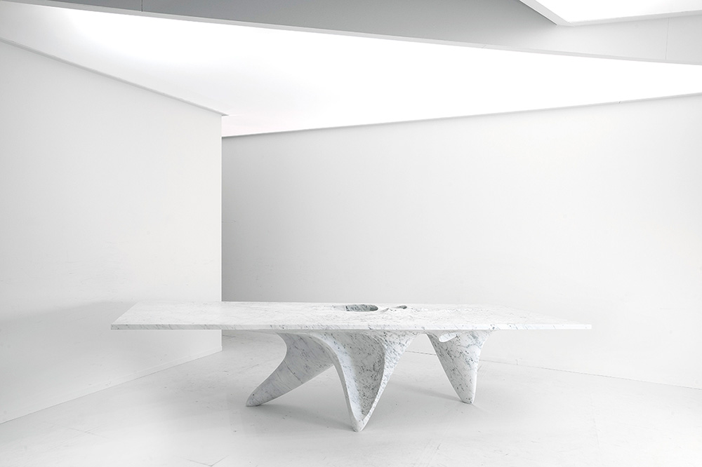 "Luna, שולחן השיש שעיצבה זאהה חדיד ל-Citco מגוש שיש אחד. צילום: יח""צ"