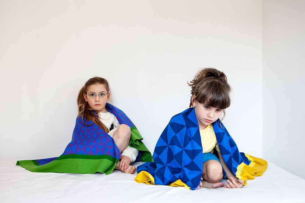 שתי ילדות עטופות בשמיכות