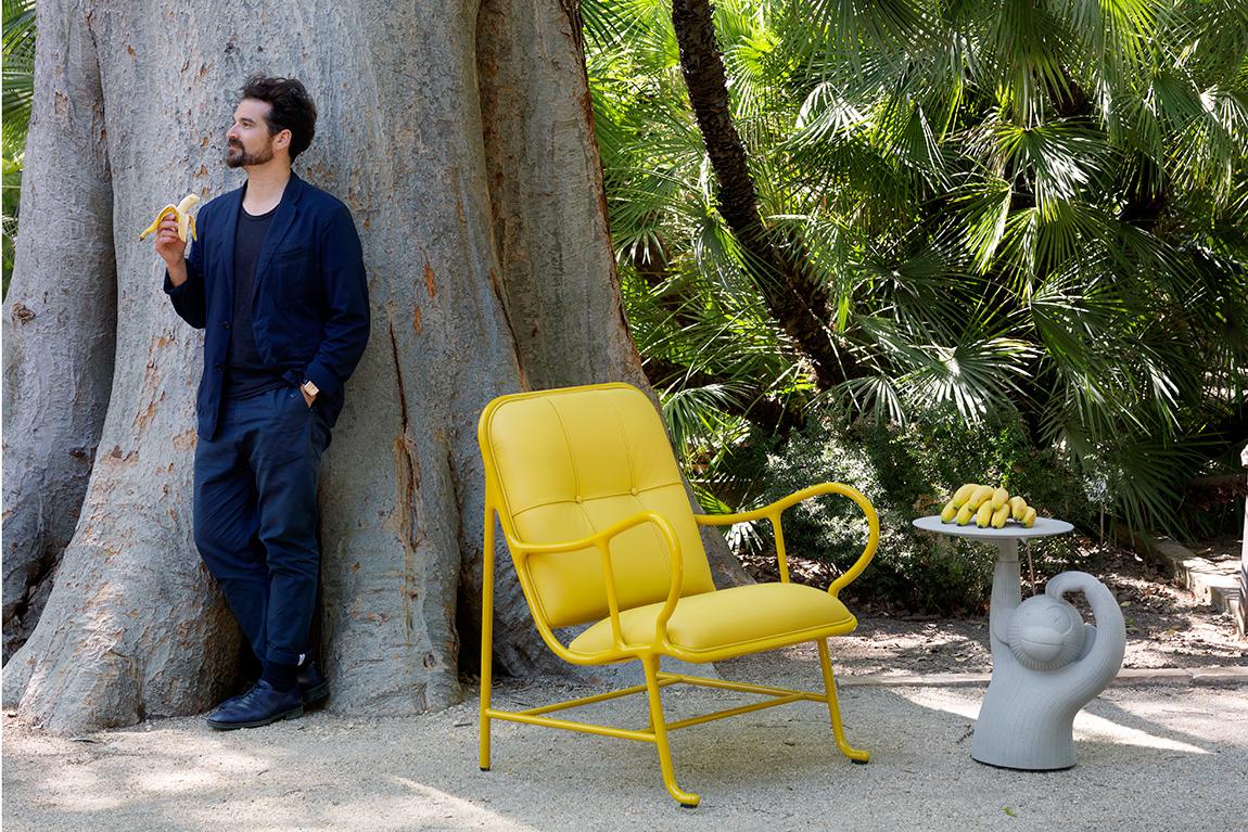 חיון עם כורסת גרדניה ושולחן הצד Monkey. צילום: Nienke Klunder תמונה ראשית