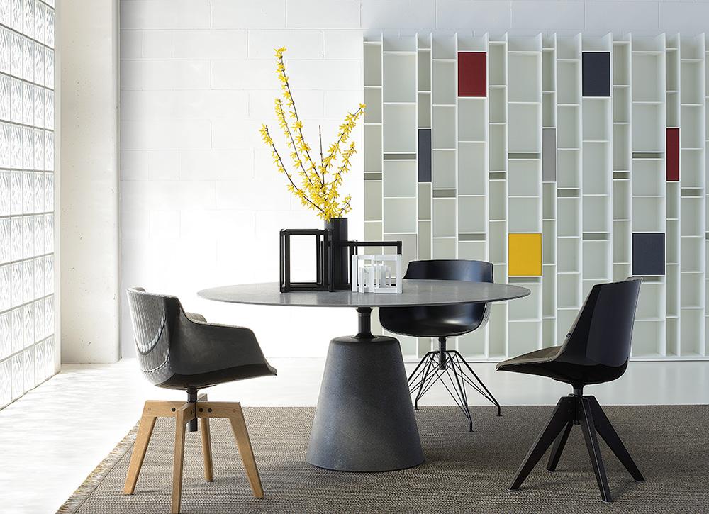 """Flow chairs & Rock Table, שולחן הבטון הדקיק של ז'אן מארי מסו, והמהדורה המיוחדת של ספריית Random. צילום: יח""""צ"""