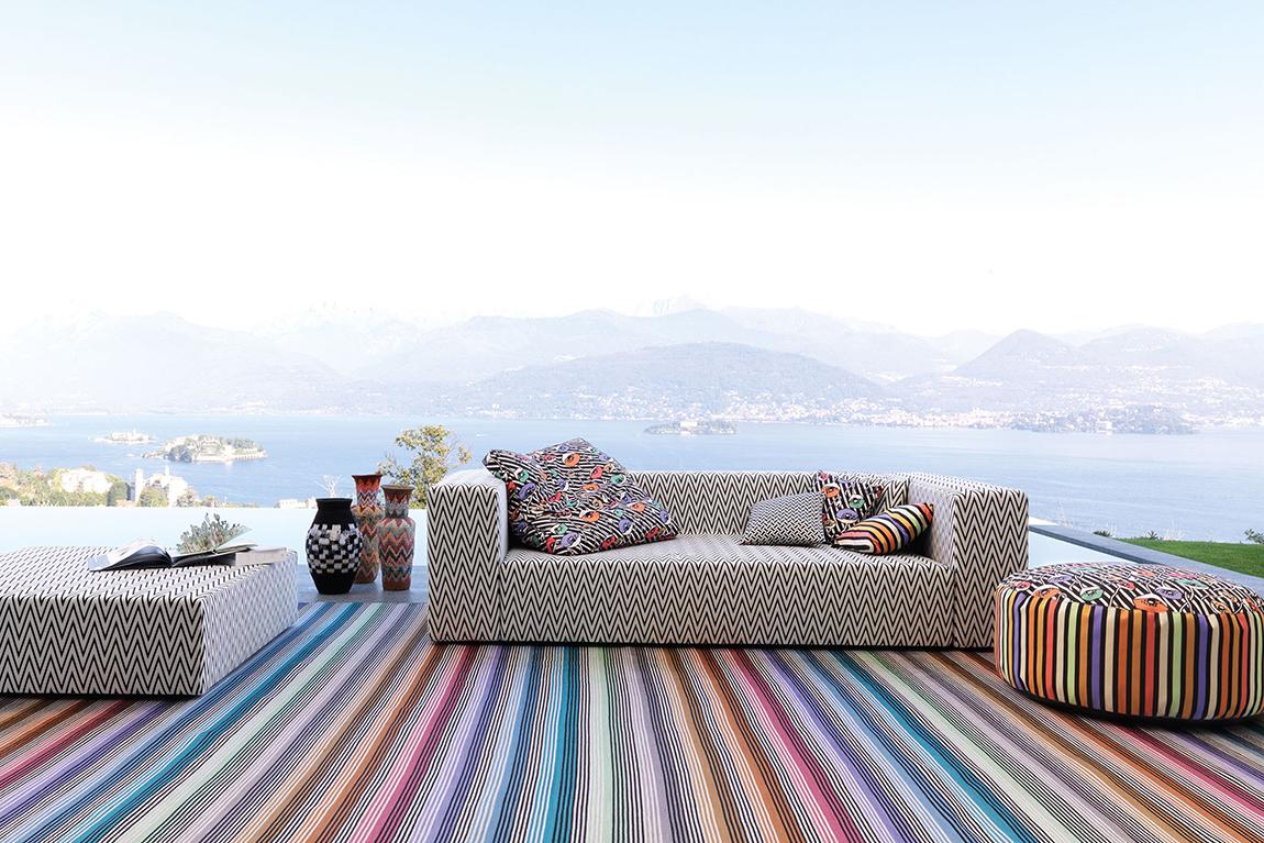 כורסאות כריות פופים ושטיח במרפסת על רגע אגם. מיסוני פרגים חוץ תמונה ראשית