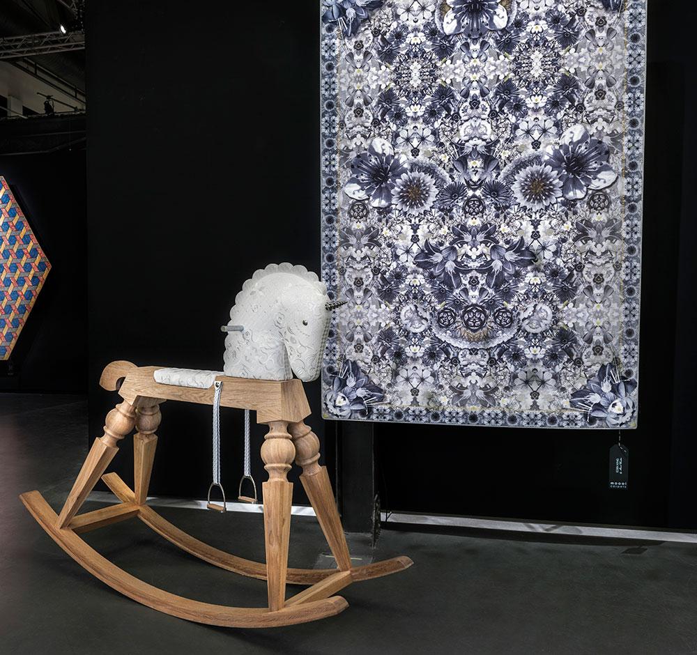 את Arion, סוס הנדנדה שמוצע במהדורה מוגבלת, עיצוב וונדרס כמו גם את  השטיח Eden King
