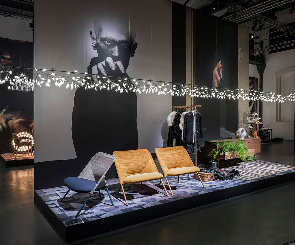 Shift Lounge Chair בעיצוב יונאס פורסמן ומנורת Heracleum Endless בעיצוב ברטיאן פוט