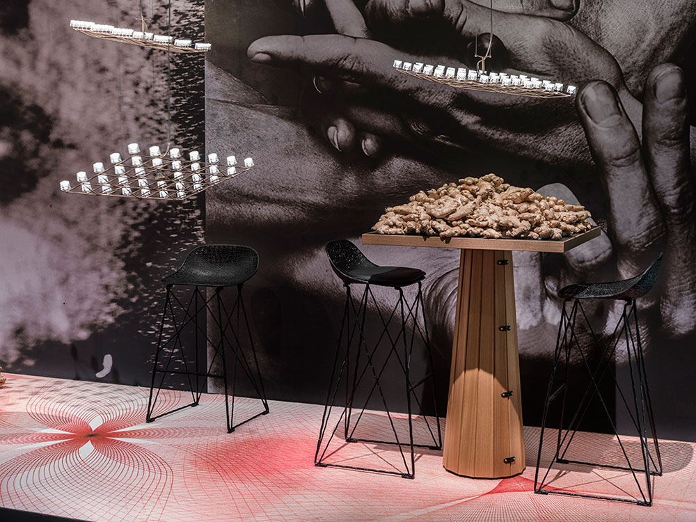 Carbon Bar Stool עיצוב ברטיאן פוט, שולחן Container Table Bodhi with Linoak Top וגוף תאורה Space-Frame בעיצוב וונדרס