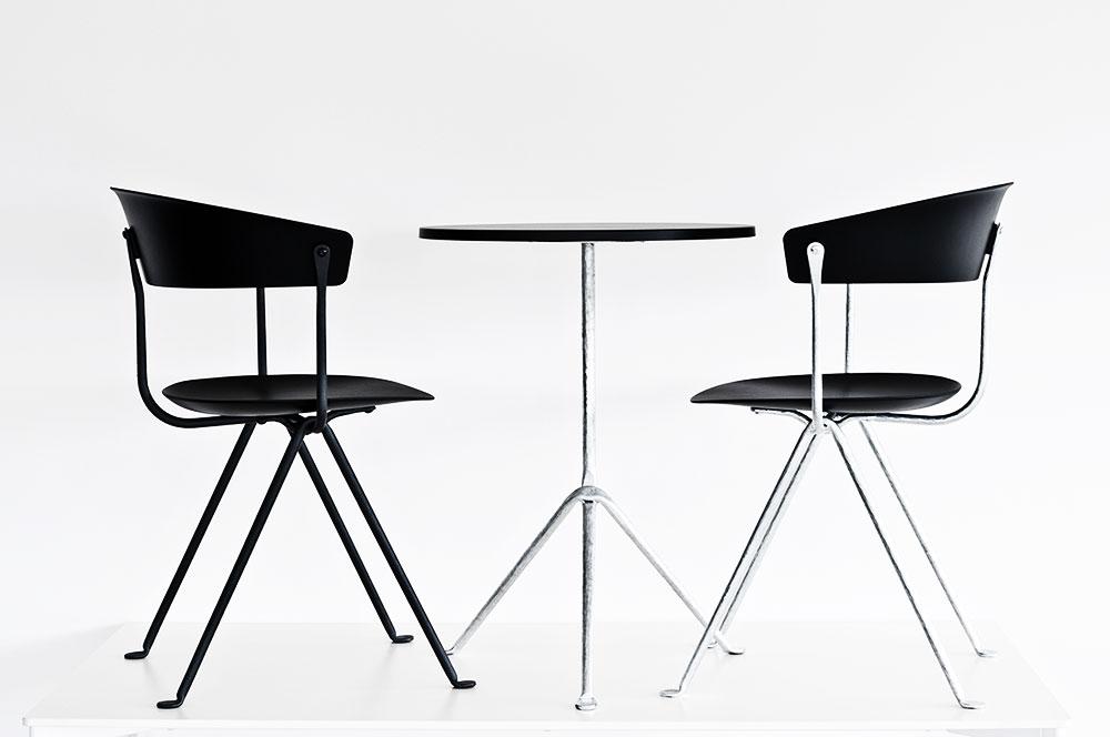 אופיצ'ינה - הכיסאות והשולחן
