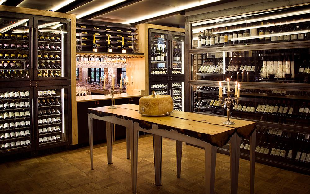 שולחנות שעיצבה שמיע לפינת היין במסעדת Beast, לונדון