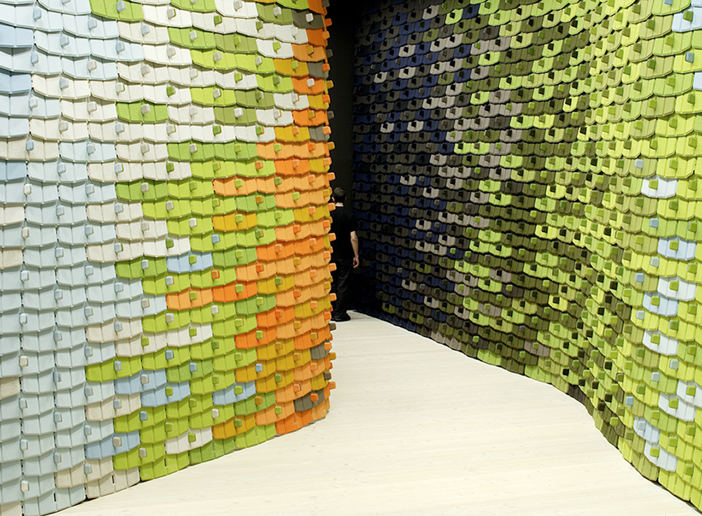 אריחי הצפון, 2006, קוודרט. לוחות טקסטיל בדחיסה תרמית יוצרים מחיצות מתכווננת המותקנת על-ידי המשתמש ואטומות לאור ולקול