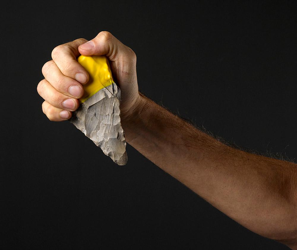 הגומי הצהוב מספק אחיזה משופרת באבן ומתקשר לידיות מכשירי העבודה דהיום