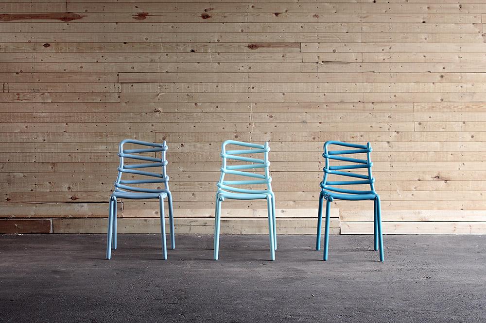 Loop Chair, מרקוס יוהנסון. מה שהחל כפרויקט אקספרימנטלי אבסטרקטי הניב כיסא נוח, עמיד בתנאי מזג אוויר קשים, קל לניקוי וניתן להערמה לגובה