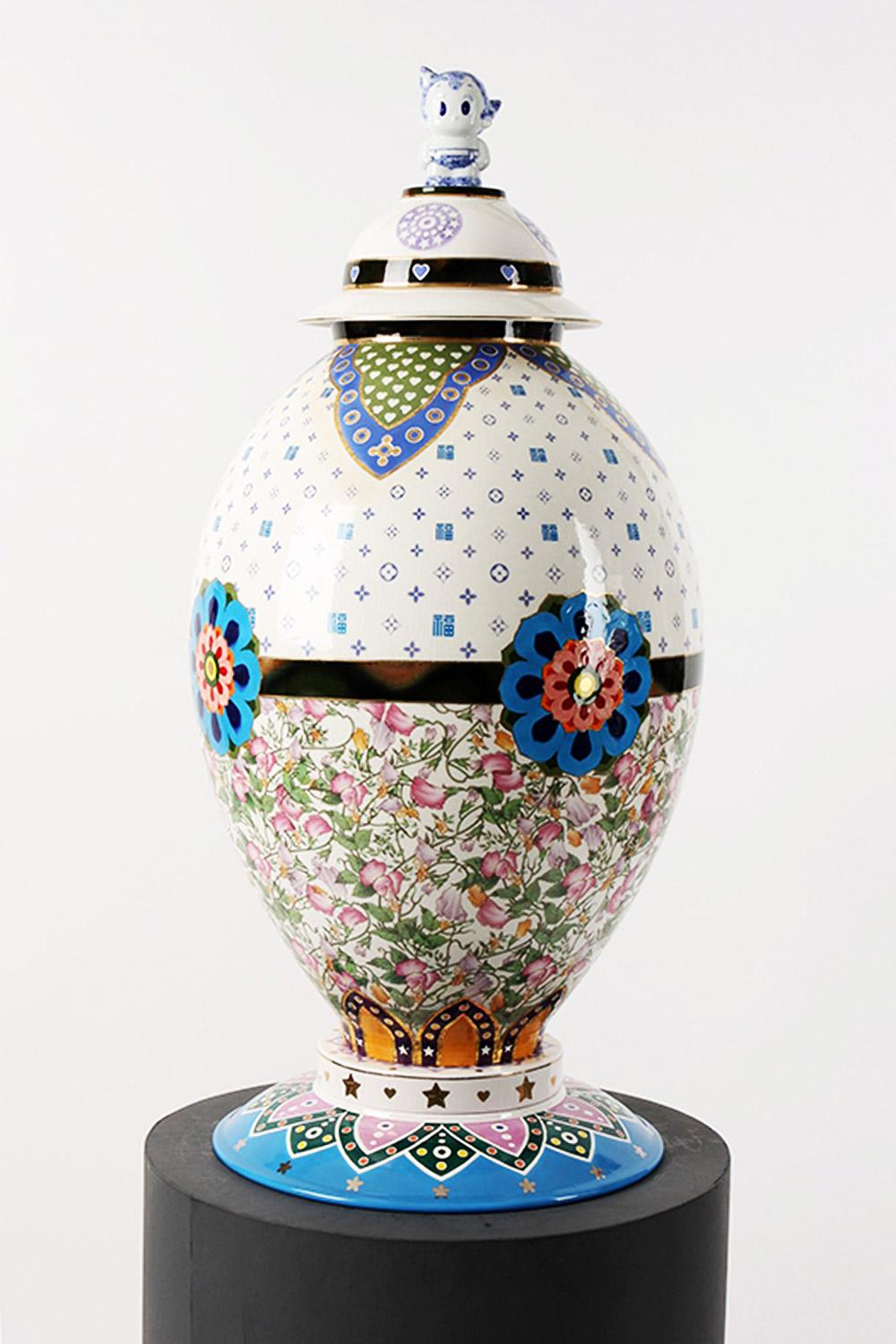 Yoo Eui Jeong, מזל (+), 2010. זהב, דקאל, קרמיקה, מנוע