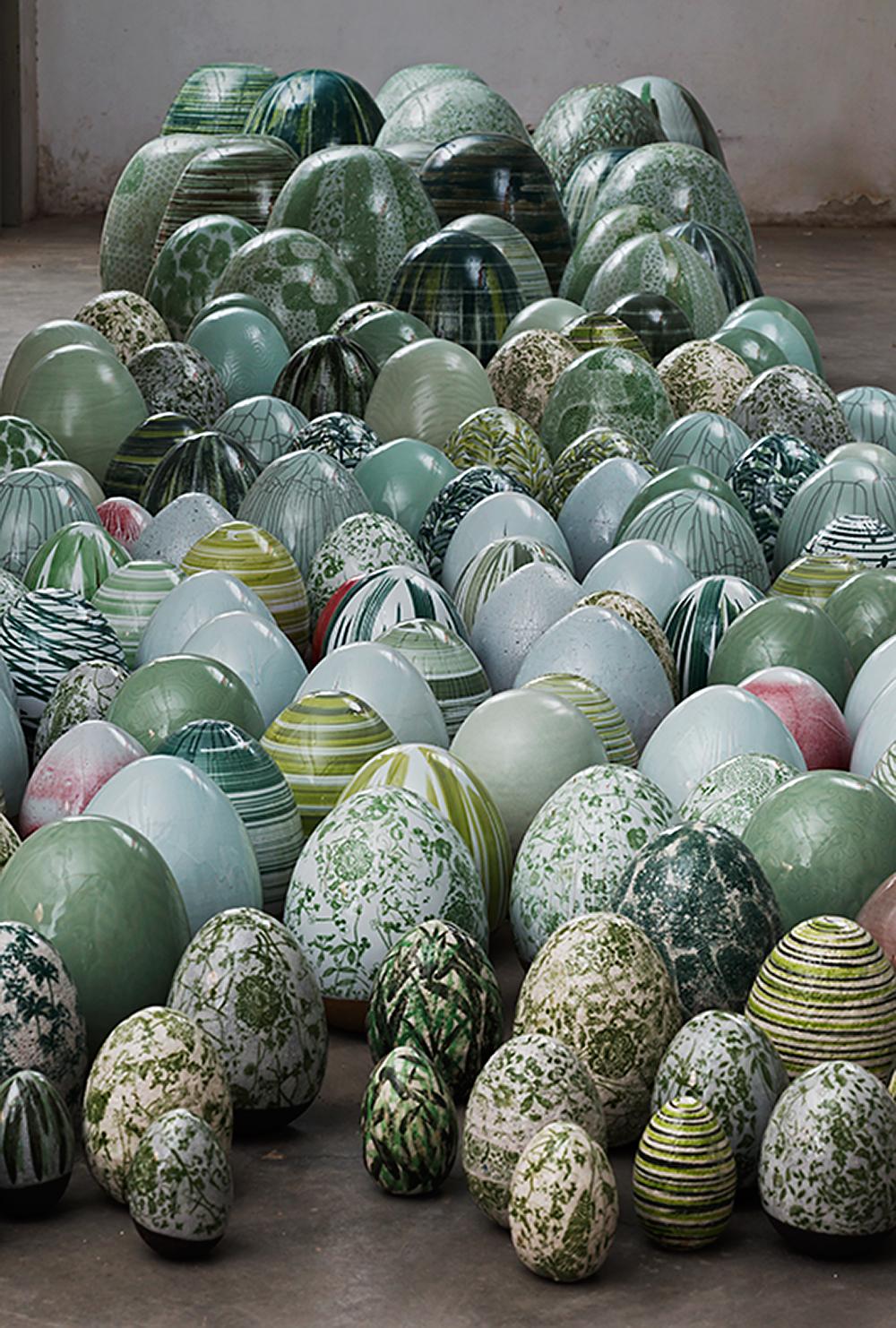 עשרות ביצים בגווני ירוק וטורקיז