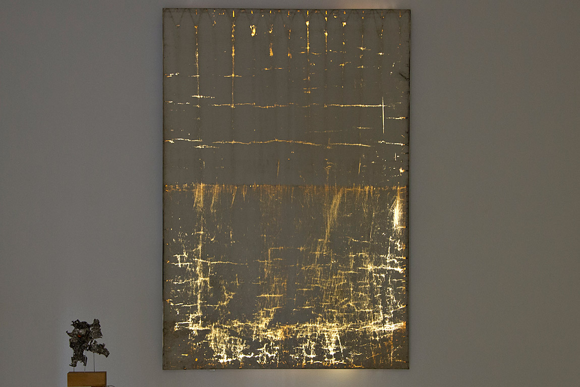 האור בוקע דרך הסדקים הרבים של וילון ההחשכה, תמונה ראשית
