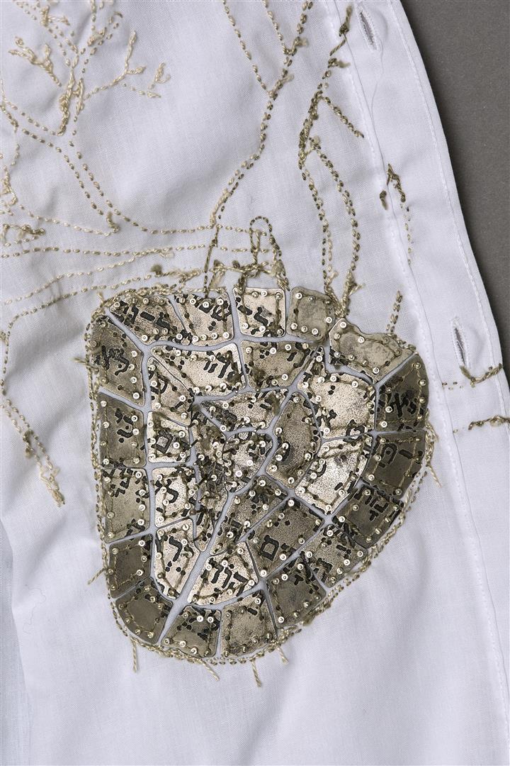 טקסטים מהמקרא נצרבו במתכת על צדה הפנימי, הקרוב לגוף, של החולצות