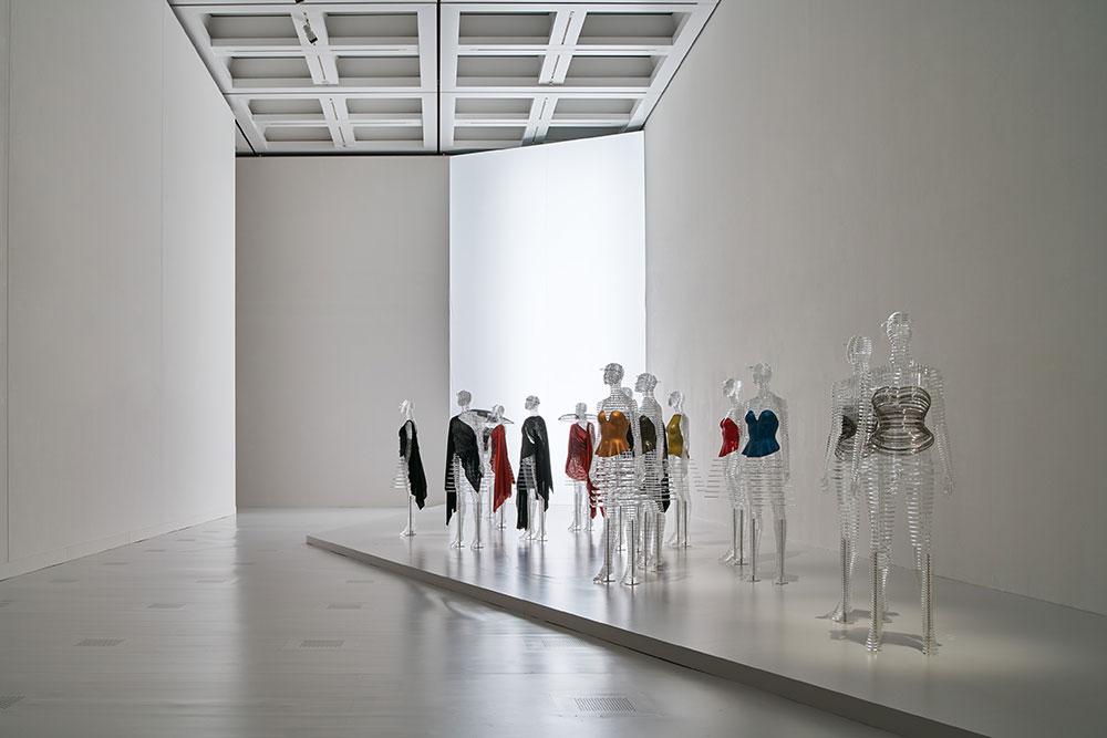 חדר B. על בובות התצוגה השקופות שעיצב טוקוג'ין יושיוקה מוצגים בגדים מסדרת הגוף שעוצבו בשנות ה-80