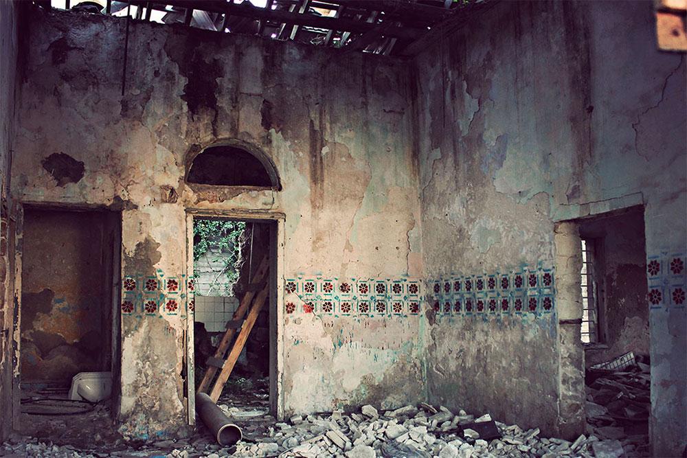 דוגמת אריחים מוואדי סליב מותזת על קירות אחד מבתי הוואדי המתפוררים