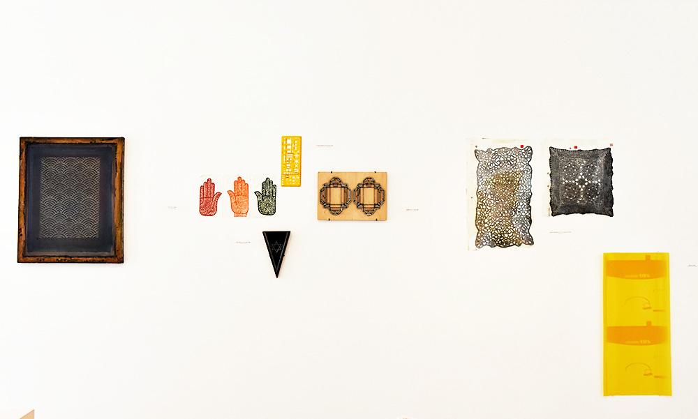 שקפים לחינה ולצריבה פוטוכימית, חותמת הדגלונים, סרגל האדריכלים ורשת להדפסת משי. צילום: יהודה עמרני