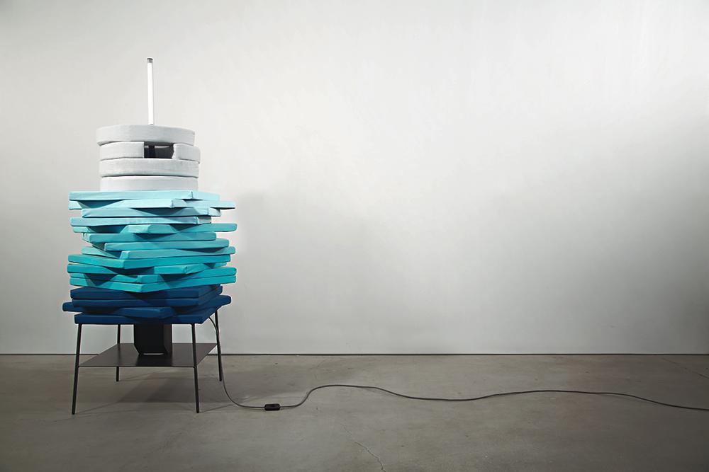 ערימה, פרויקט הגמר של בלוטרייך. כשהיא נערמת מזכירה מערכת הרהיטים הקומפקטית טוטם