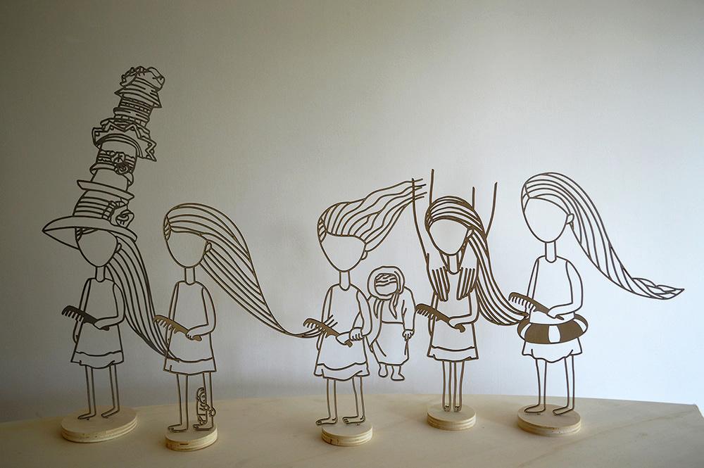 דמויות מתכת צרובות מוכפלות בצל על הקיר