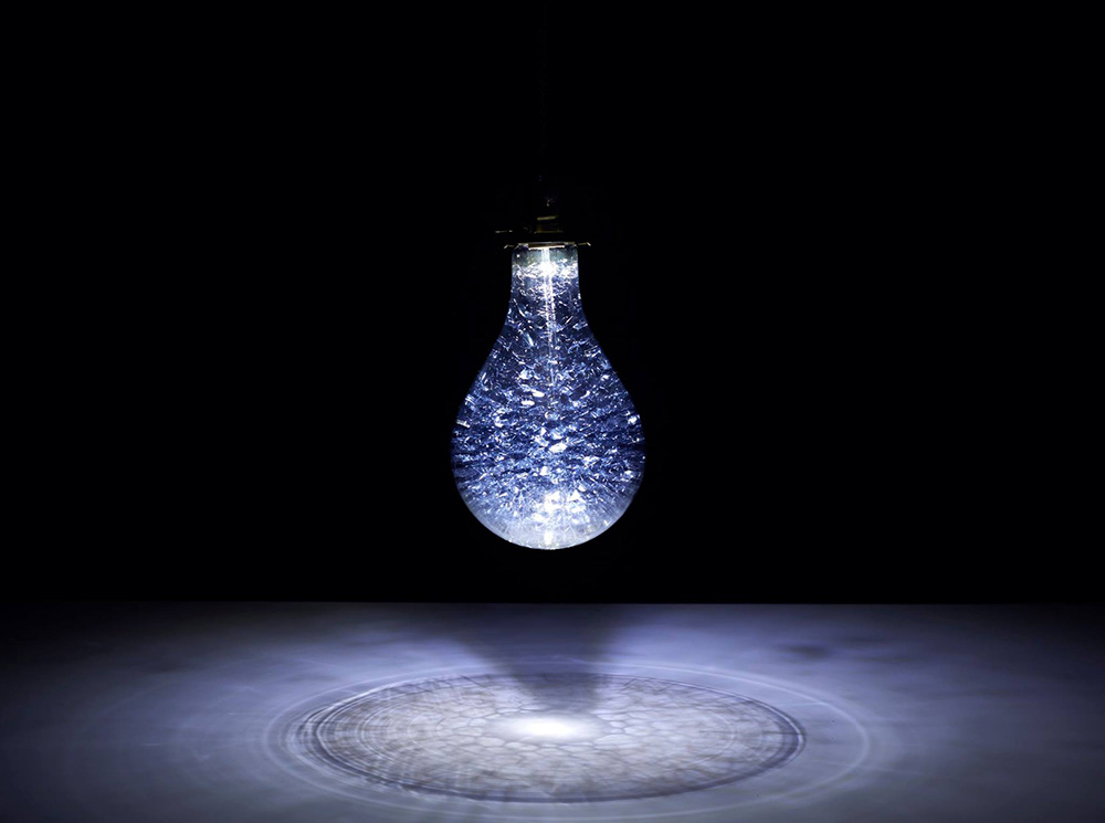 Void Setup, בהשראת מעמקי הים הוכנסו למנורת Awa מסדרת גופי התאורה Earth Bulb סבון, מים ומשאבה זעירה