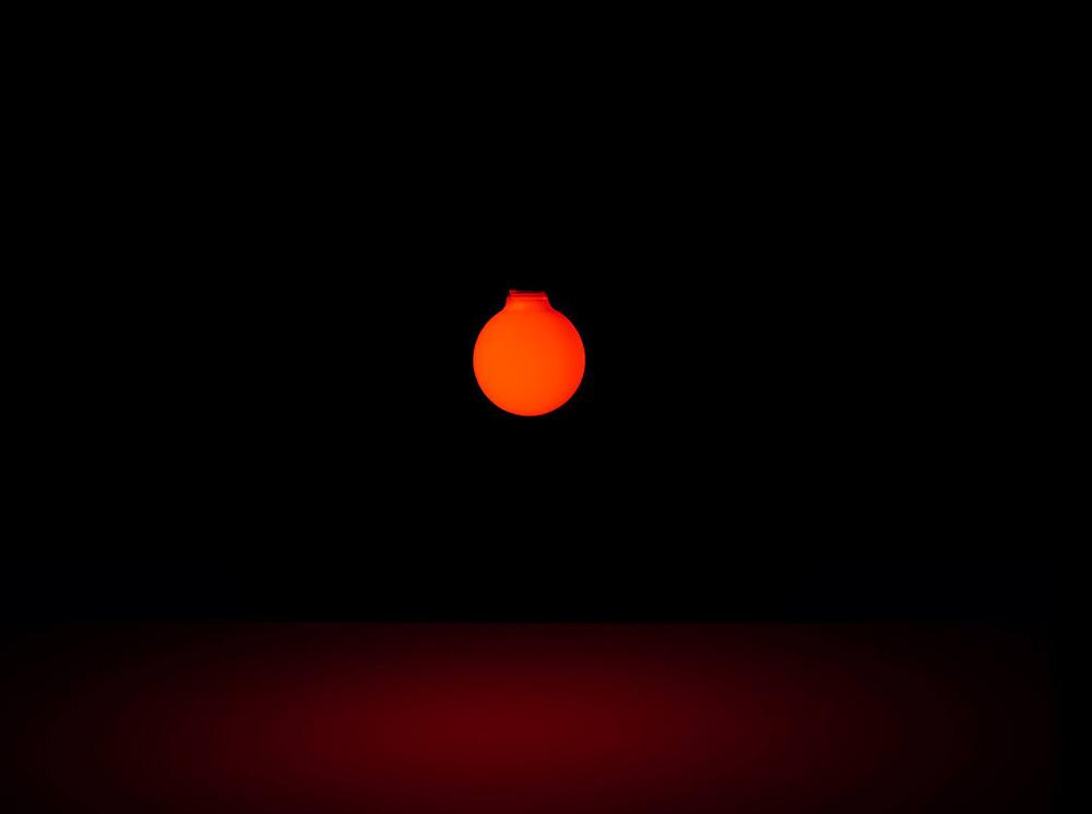 Void Setup, תאורה אדומה בהשראת השקיעה במנורת Yuyake
