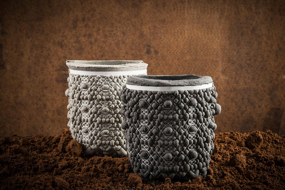 שני כלים, אפור בהיר ואפור כהה, עם רשת לבנה