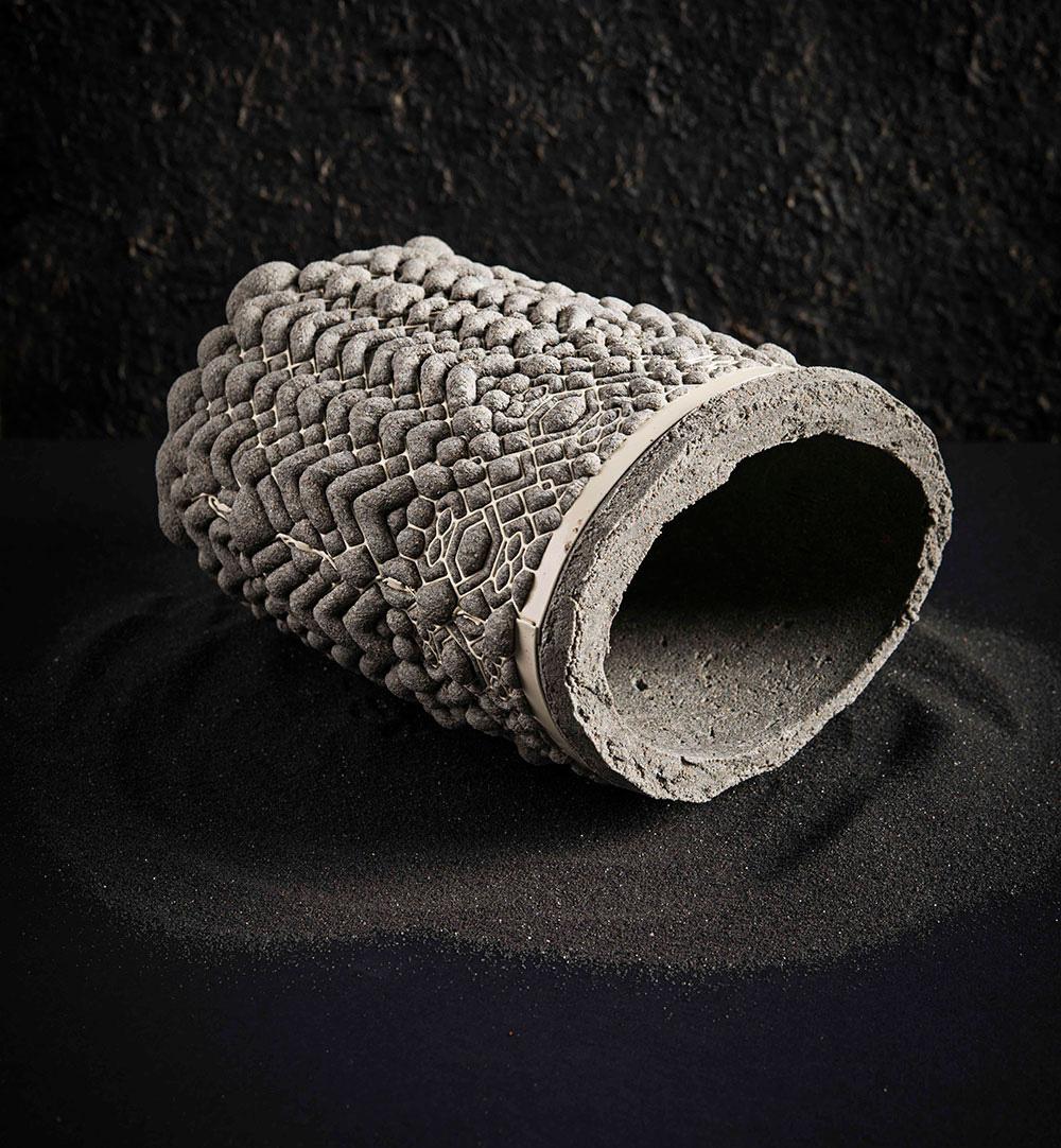 """""""טרקוטה"""", כלי אפור במראה בטון שכוב על צדו"""