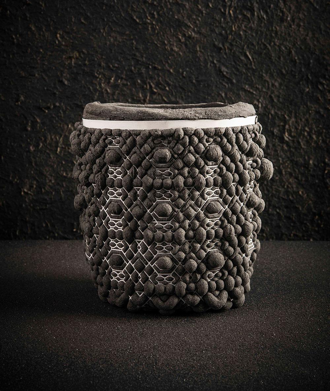 כלי אפור כהה עם רשת לבנה