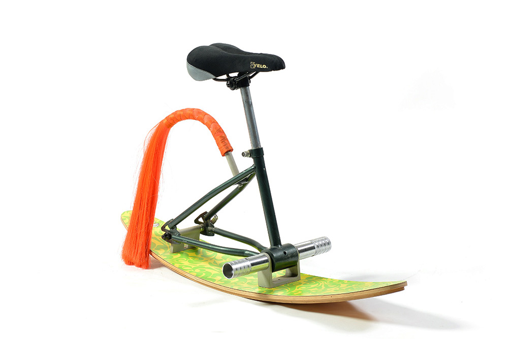 כיסא אופניים עם מגלשים וזנב. אחד מכיסאות האופניים שמציג ערמון בחות הפופ-אפ בגלריה סאגה