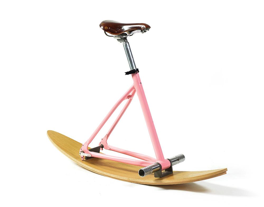 כיסא אופניים עם מגלשים ושלדה ורודה