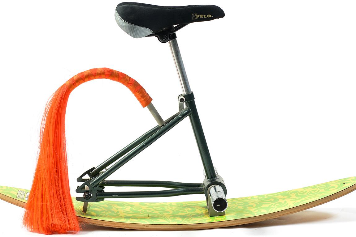 יסא אופניים עם מגלשים וזנב. תמונה ראשית