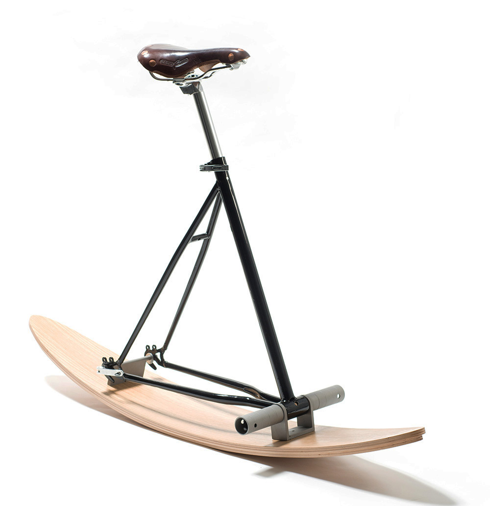כיסא אופניים עם מגלשים ושלדה שחורה