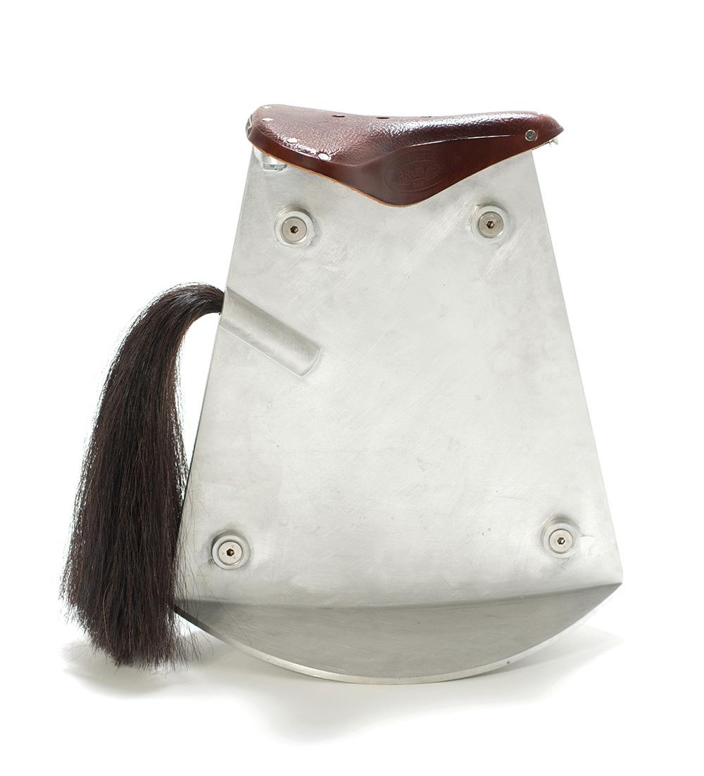 """ככיסא סוס נדנדה מהתערוכה Saddled שהציג ערמון במוזיאון העיצוב חולון במסגרת """"ללא מעצורים"""". מושב הכיסאות המתנדנדים אחיד ונגזר מצורתו של מושב האופניים. צילומים: שי בן-אפרים"""