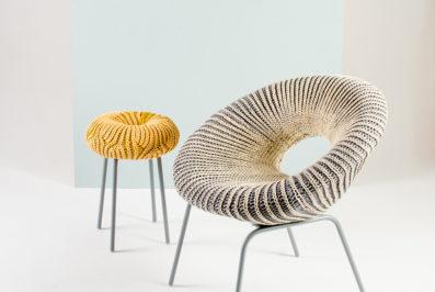אפרת אפל, קוצ'ינטה, הכיסא והשרפרף הצהוב. תמונה ראשית