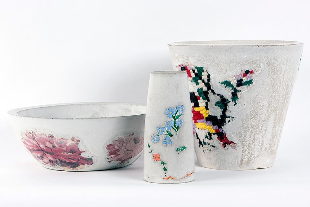 ליהי הרשקוביץ, מחבואים, הכלים. יציקות בטון עם רקמות וגובלנים של סבתא. צילומים: אסף עזרא