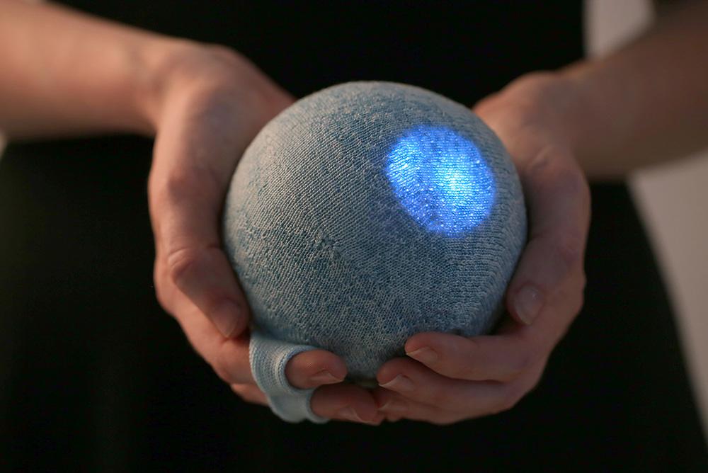 הכדור מתעורר לחיים במגע האצבעות, ומספק מידע על תנודות ברמת המתח הנפשי של המשתמש באמצעות נקודות אור המוטמעות בטקסטיל