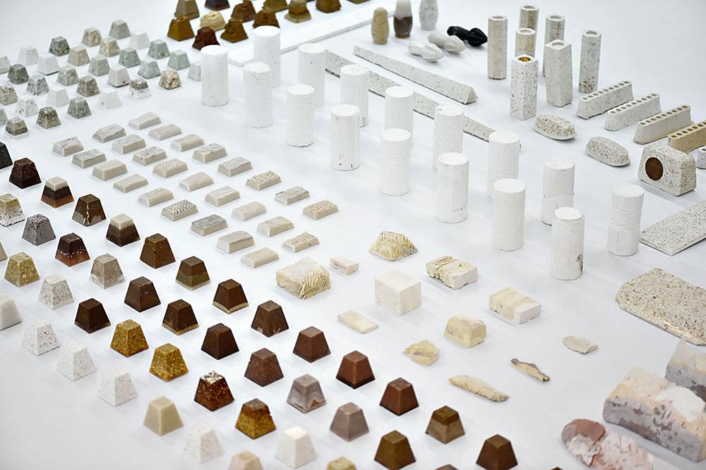 הפמוטים, החנוכיות, הטרנזיסטור וסוחט פרי ההדר שיוצרו מטרצו אבן ירושלמית ולצדם בנק החומרים שאספו זאדה ומיכלי