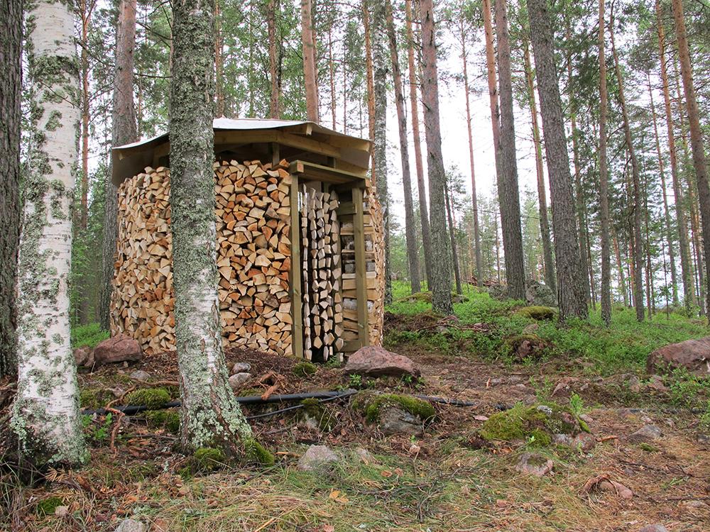 Huussi Halkola. מבנה שירותים מבולי עץ להסקה