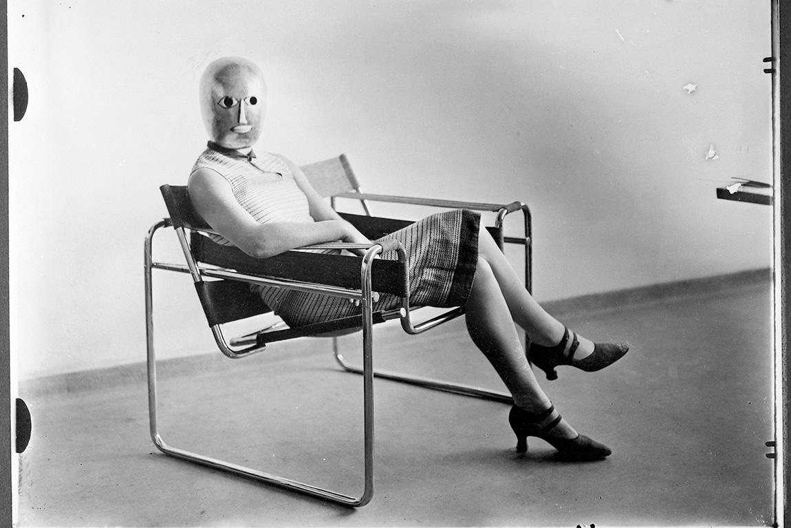 """אריך קונסמולר, אשה יושבת על """"כיסא וסילי"""" בעיצוב מרסל ברוייר"""
