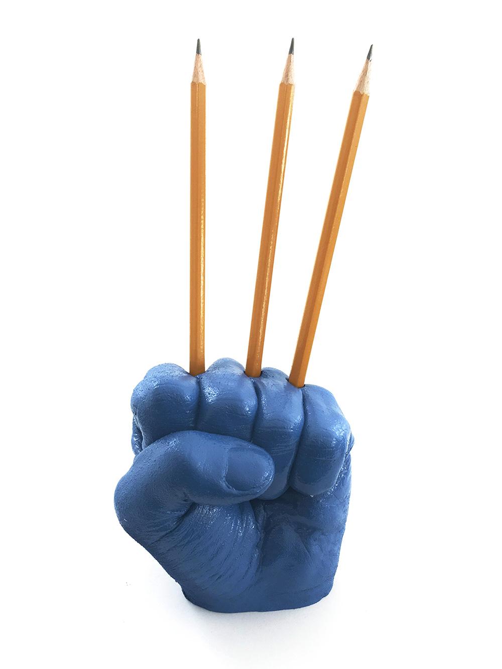 העיפרון של רוני אדרי (אגרוף כחול משמש כסטנד לשלושה עפרונות)