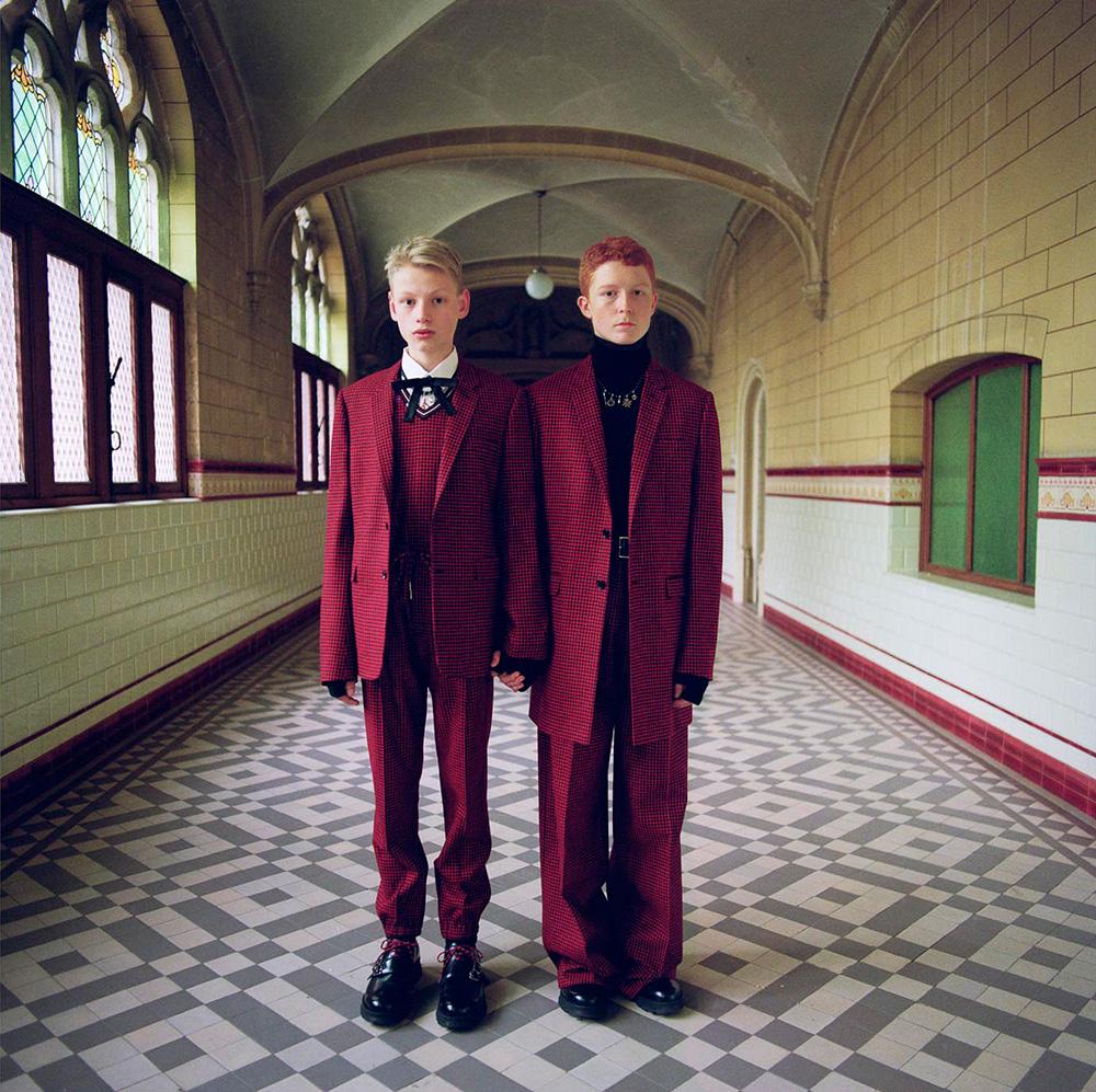 שנינערים בחליפות אדומות על רקע מסדרות שלבית ספר בלגי ישן