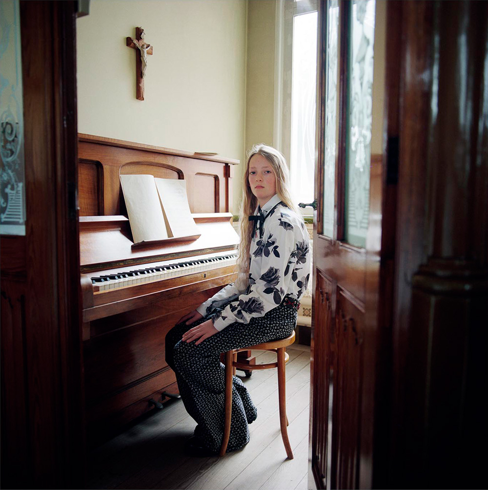 נער יושב ליד פסנתר